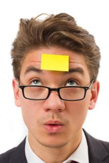 Mann möchte weitere Informationen zum Psychologiefernstudium erhalten