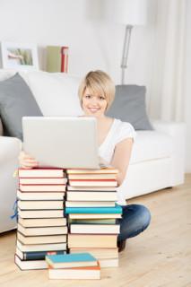 Junge Frau mit Laptop absolviert ein Psychologiefernstudium