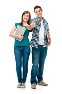 Teenager wägen Vor- und Nachteile des Psychologiefernstudiums ab