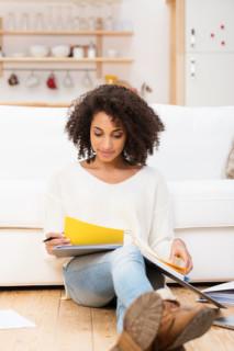 Junge Frau sucht Informationen über das Thema Krankenversicherung