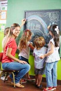 Absolventin des Psychologiefernstudiums als Kinderpsychologin