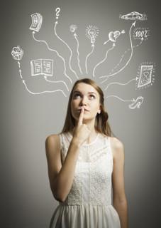 Frau macht sich Gedanken über Interessen und Fähigkeiten für ein Psychologiefernstudium